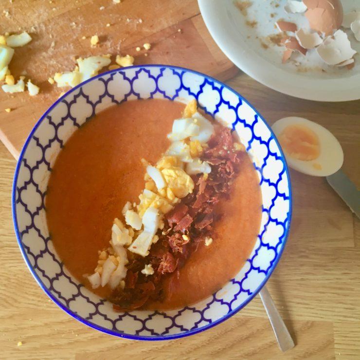 Salmorejo (koude tomatensoep): deze soep uit het zuiden van Spanje koelt je af op warme dagen. Lijkt op gazpacho, maar is stiekem nog lekkerder!