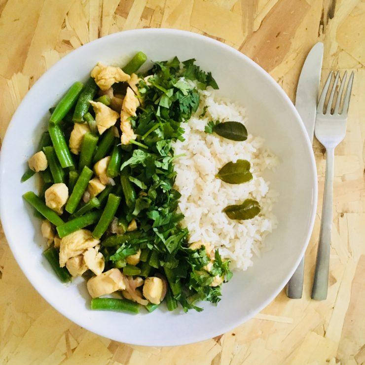 Groene curry met sperziebonen en kip: een lekkere groene curry kan toch niemand weerstaan? Deze staat bovendien zó op tafel!