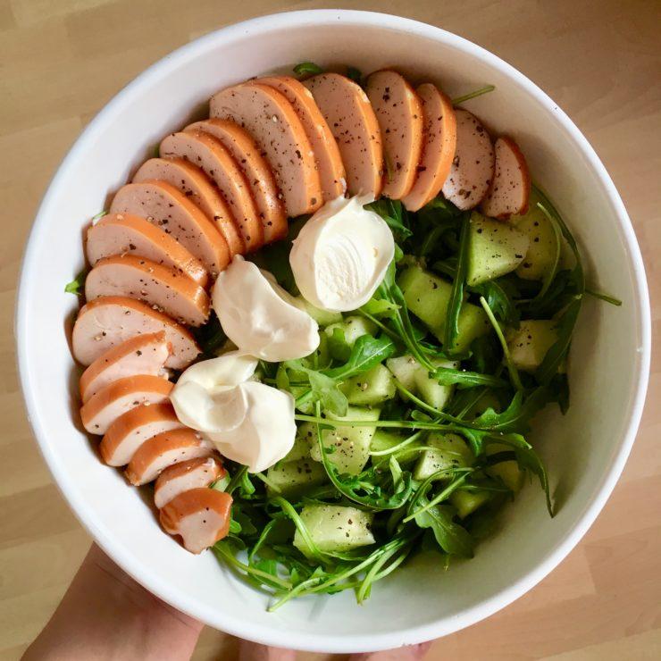 Salade met gerookte kip en meloen: simpelste salade ooit. Voeg wat creme fraiche en versgemalen peper toe en klaar is je maaltje!