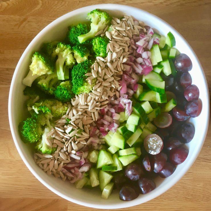 Broccolisalade met druiven en limoendressing: superfood-salade met de lekkerste verse ingrediënten. We zegt dat superfood niet smakelijk kan zijn?