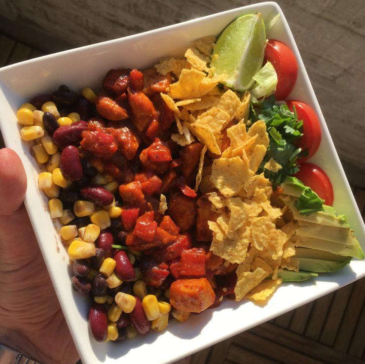 Burritobowl: een Mexicaans feestje in een kommetje! Gemarineerde kip, avocado, nachochips.. dit is zó lekker!