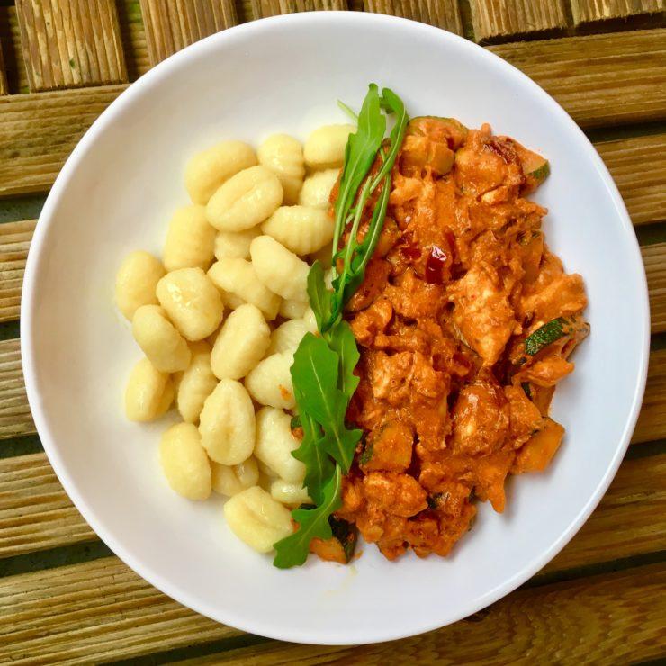 Gnocchi met kip, courgette, rode pesto en ricotta: superromig gerechtje met de heerlijke combi rode pesto en ricotta.