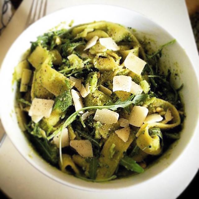 Tagliatelle met broccoli, pesto en parmeggiano: simpele vega pasta met je eigen zelfgemaakte broccolipesto. Alleen maar een staafmixer nodig!