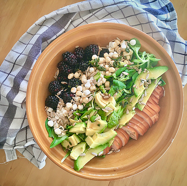 Salade met bramen, gerookte kip en geitenkaas: superzomerse salade met zoet en hartig. Bramen, kip, geitenkaas, zonnebloempitjes en avocado - so yummy!