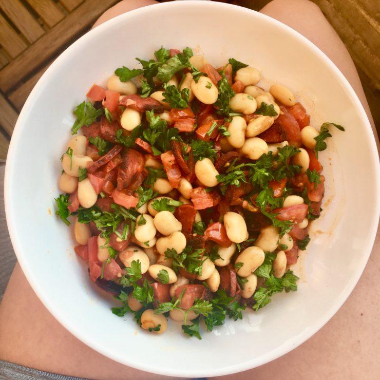 Limabonen met tomaat, chorizo, balsamico en peterselie: simpeler kan het niet! Maar bomvol smaak en binnen no time klaar.
