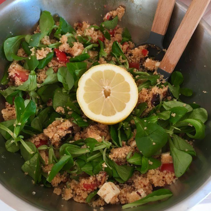 Couscoussalade met baharat, tomaat, dadels en veldsla: deze combinatie moet je snel eens proberen. Ultieme zomergerechtje!