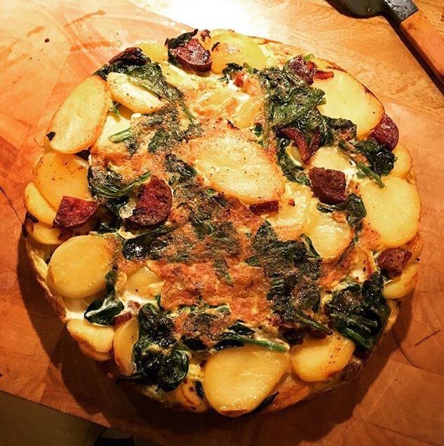 Spaanse tortilla: heerlijk met spinazie, chorizo en ui. Alsof je even in good old Spanje bent!