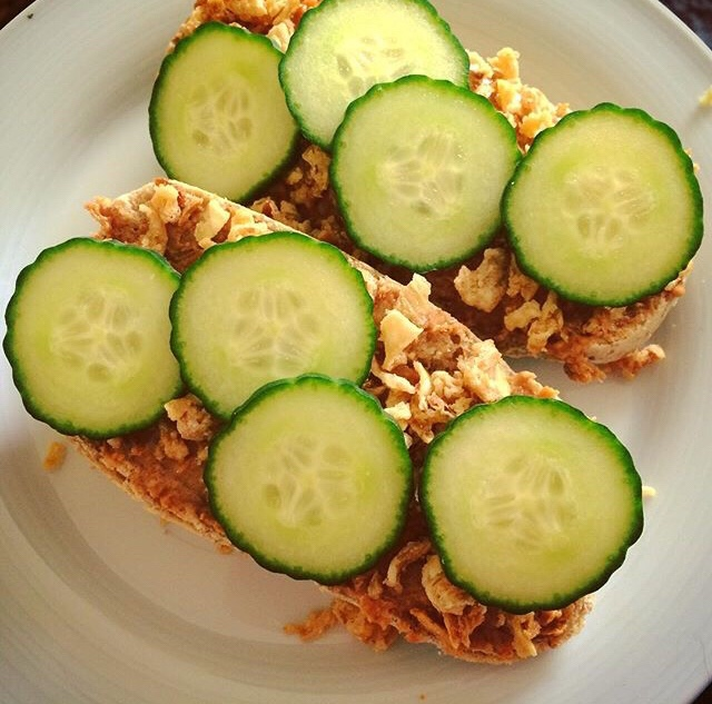 Broodje pittige pinda: de ultieme lunch als je zin hebt in Aziatische smaken. Kan gewoon met pindakaas en sambal!