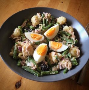Salade nicoise: aardappelsalade met tonijn, boontjes, ei, rode ui en zwarte olijven. Met yoghurt in plaats van mayo alleen!