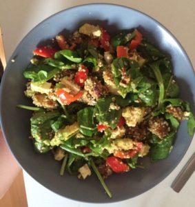 Quinoasalade met gegrilde kip en ras-el-hanout: een maaltijdsalade vol eiwitten en yummy goodness!