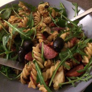Pasta met artisjok, salami, olijven en rucola: weer zo'n heerlijke simpele pasta. Klaar voordat je er erg in hebt!
