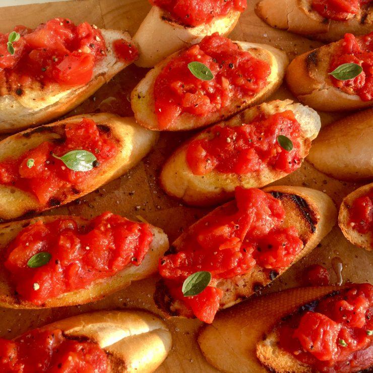 Pan con tomate: de heerlijke Spaanse klassieker met getoast brood en tomatenprut met knoflook en olijfolie. Zo simpel kan het leven zijn!