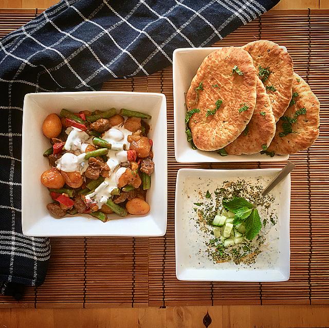 Milde curry met runderballetjes, naan en raita: Indiase curry te pittig? Welnee, deze milde curry is ook voor de mindere helden onder ons.