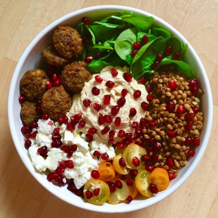 Falafelbowl: een lekkere vegabowl met de wereld aan smaken en kleuren. Zelfs non-vegans gaan hiervan overstag!