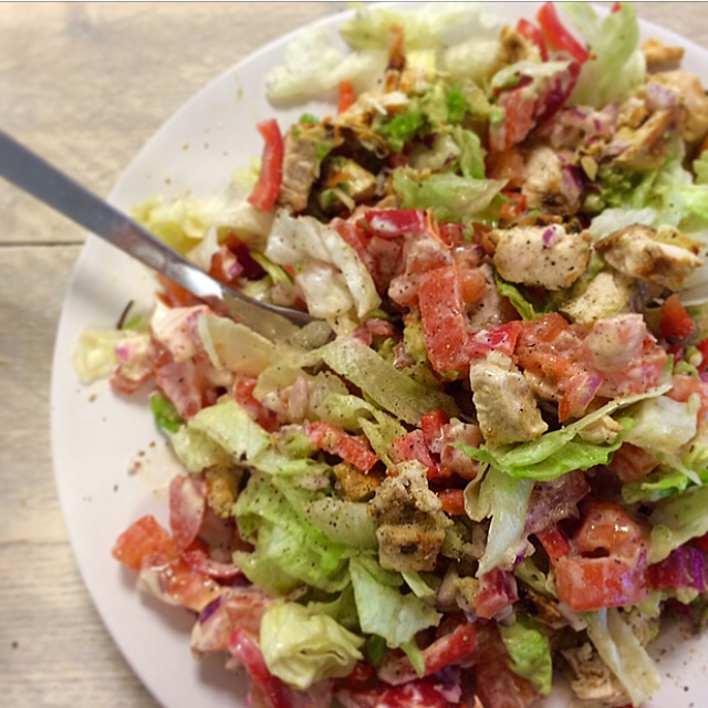Kip-cajun salade: frisse Mexicaanse salade met pittig gekruide kip. You gotta love this!