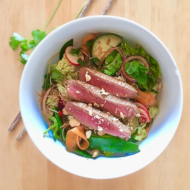 Thaise biefstuksalade: yum yum, deze salade met mihoen en biefstuk heeft al het lekkere van de Thaise keuken. Snel een keertje proberen!