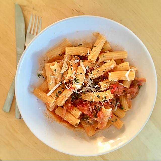 Spicy pasta vesuviana: vega pasta met een vleugje pittig. Echt superlekker! En natuurlijk ook zó klaar. Try it!
