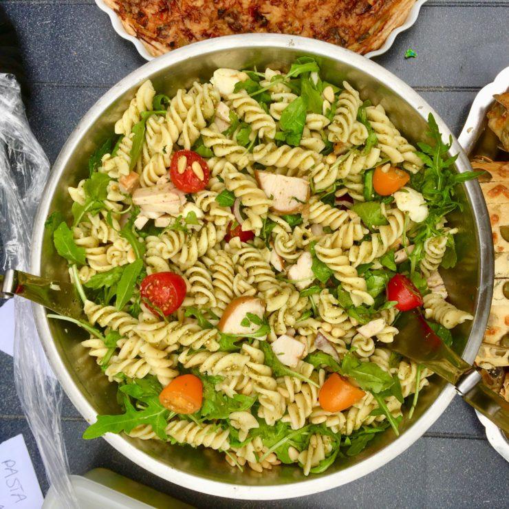 Pastasalade met kip en pesto: een gerechtje dat je snel kan klaarmaken voor veel eters. Lekker met gerookte kip, tomaat, mozzarella en rucola!