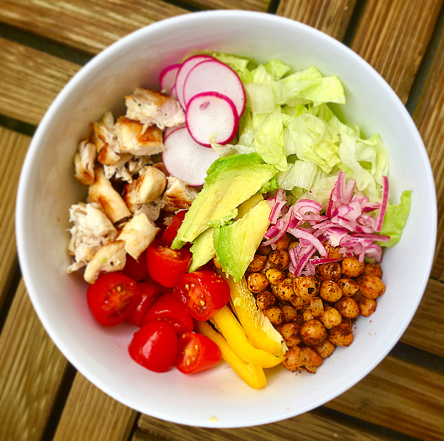 Chicken buddha bowl: heerlijke bowl met alle kleurtjes van de regenboog! De gekruide kikkererwten geven het extra pit. Smullen!