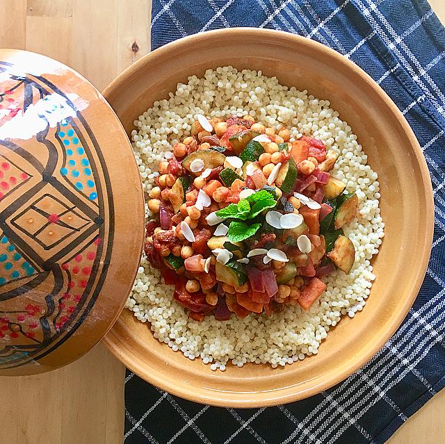 Marokkaanse groentestoof: vega stoofpot met alleen maar lekkere groenten, geserveerd met parelcouscous. What's not to like?