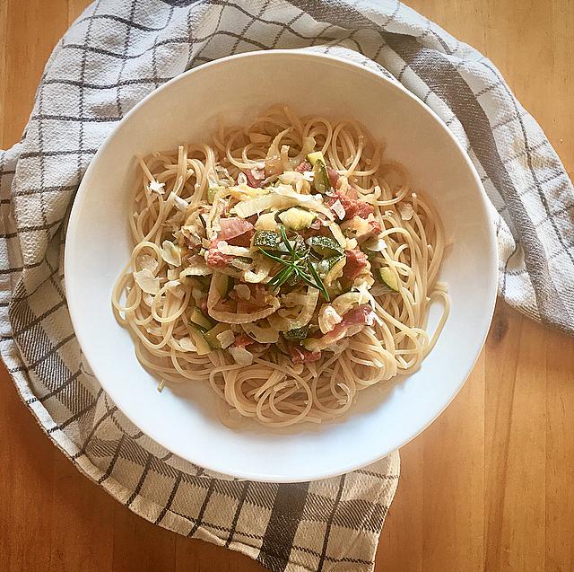 Spaghetti met venkel en salami: deze combo ken je misschien wel van de venkelsalami. Maar samen in een pasta zijn ze ook bijzonder lekker!