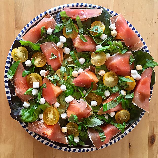 Meloen-ham salade met geitenkaas en balsamico-stroop: de ultieme zomersalade met de fantastische combo meloen, ham en geitenkaas. Je weet niet wat je proeft!