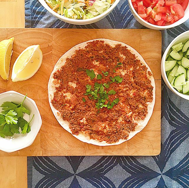 Turkse lahmacun: maak die echte Turkse pizza nu ook thuis. Het is echt supersimpel! Met wraps als basis heb je ze supersnel klaar.
