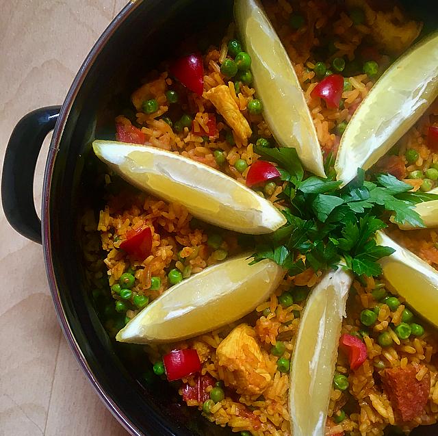 Paella met kip en chorizo: heerlijke Spaanse klassieker voor mensen die geen vis eten. Deze doet niet onder voor een echte Spaanse paella!