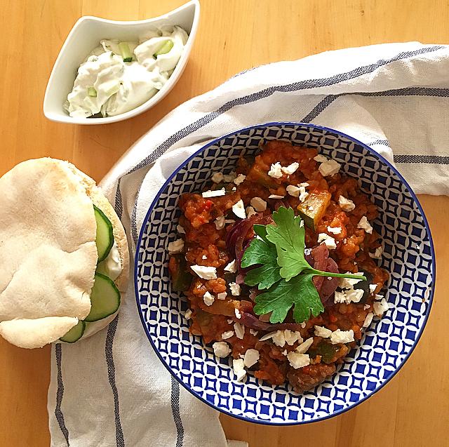 Griekse orzo: precies wat je moet eten als het buiten warm is. Lauwwarm gerechtje met kruidige tomatenbasis, gehaktballetjes en lekker veel feta.