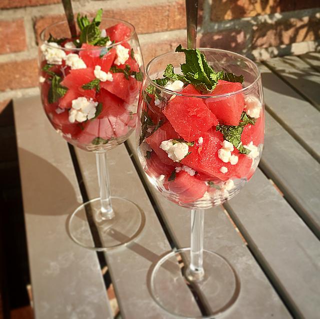 Watermeloen met feta en munt: een fris hapje of tussendoortje voor op een zomerse dag. Extra feestelijk geserveerd in een wijnglas!