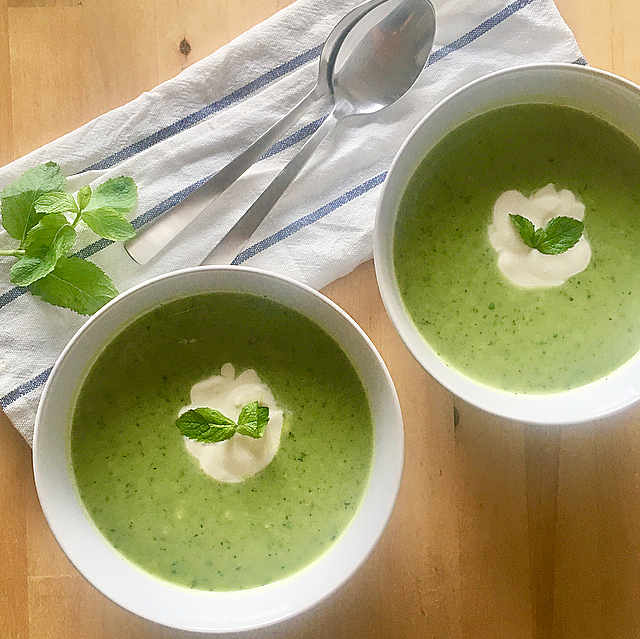 Soepje met courgette, erwtjes, avocado en munt: zomerse temperaturen vragen om een koud zomers soepje met veel smaak. Green power!