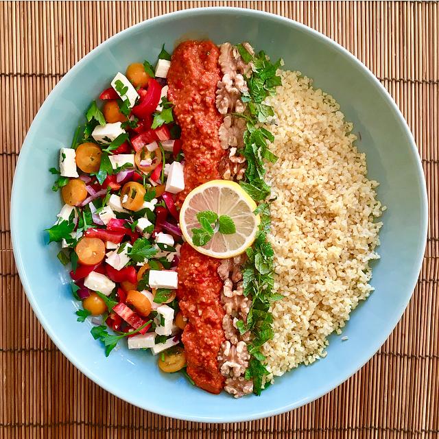 Tabouleh met muhammara: een frisse salade met bulgur, veel peterselie, muhammara en citroen. Superzomers!