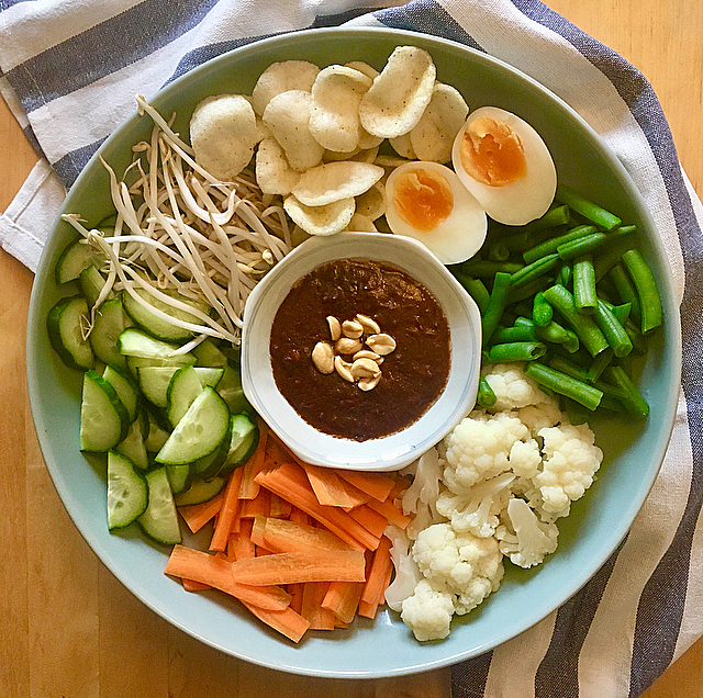 Gado gado: een lekkere Indonesische salade met geblancheerde groente en ei. En zelfgemaakte satésaus natuurlijk! Dat wordt smullen!