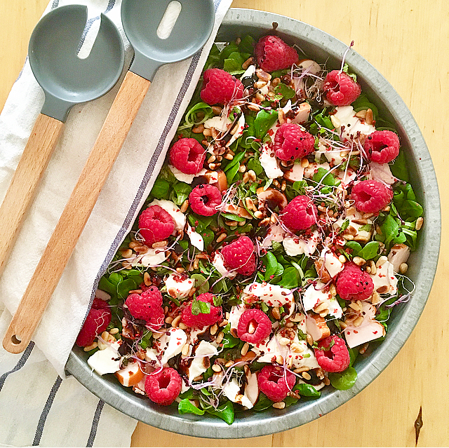 Salade met frambozen, buffelmozzarella en gerookte kip: hallo zomer! Deze salade knalt van de schaal met alle zomerse smaken. Heerlijk met balsamico!