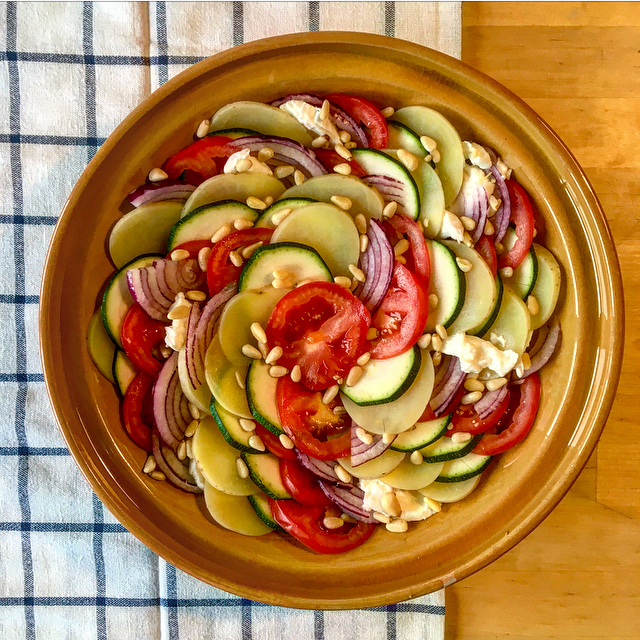 Aardappel anders à la Mariek: een gezonde variatie op de niet-zo-gezonde Aardappel Anders. Lekker met tomaat, courgette, rode ui en mozzarella!