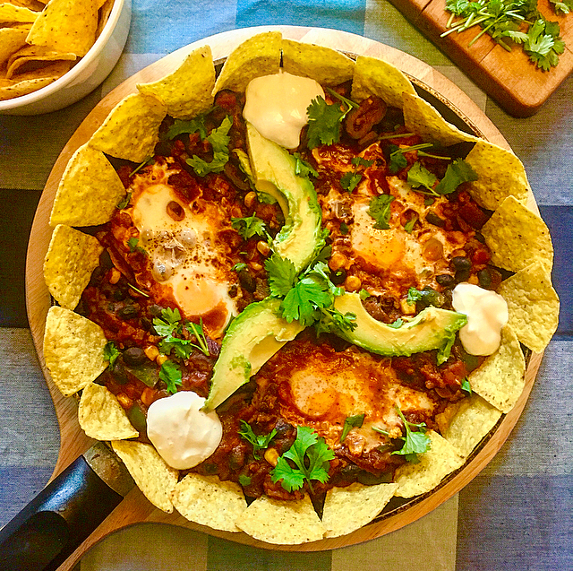 Mexicaanse shakshuka: een Mexicaanse variant op de publiekslieveling met tomaat en ei. Dit keer met nachochips, bonen en gehakt!