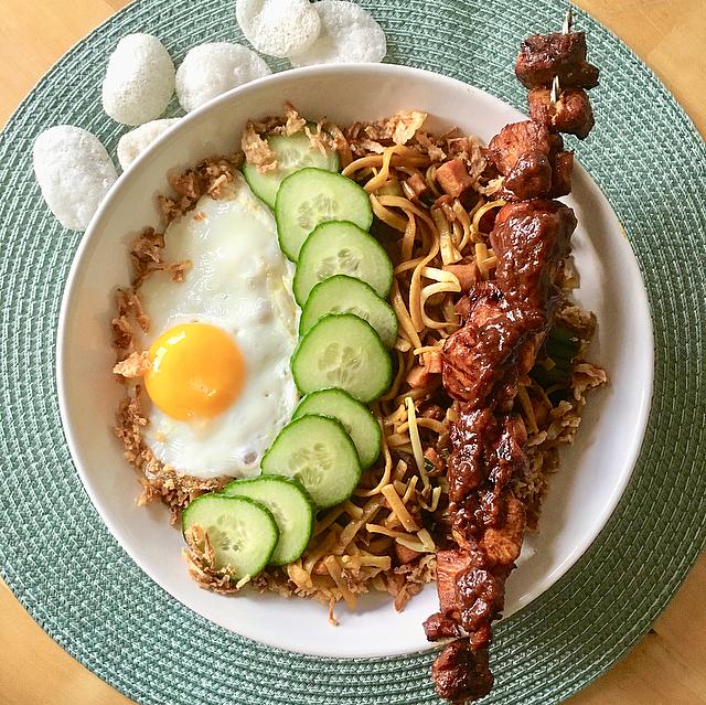 Bami goreng met kipsaté: maak je favoriete Indonesische eten eens zonder pakjes en zakjes! Moeilijk is er het zeker niet. Lekker zeker wel!