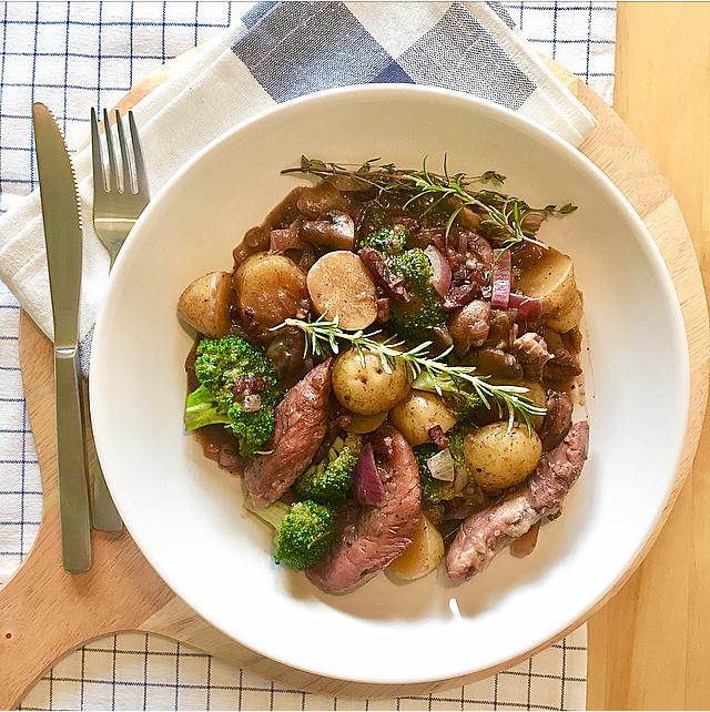 Coq au vin: kip met aardappeltjes, rozemarijn en wijn op z'n Frans. Het allerlekkerste met broccoli, rode ui en spekjes!