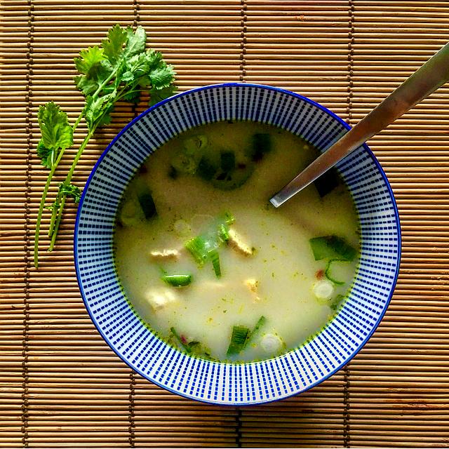 Thaise currysoep: klaar in 10 minuten. Kokosmelk, kippensoep, kip, currypasta, lente-ui. Hoe makkelijk wil je het hebben?