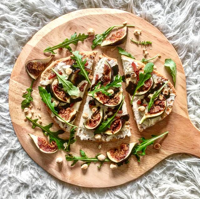 Naanpizza met vijgen & bacon: creamy naan met zoete vijgen en zoute bacon. I'm in heaven! Rucola erbij, hazelnoten en wat honing en je bent klaar!