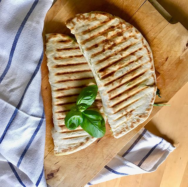 Piadine: ideaal als lunchgerecht. De Italiaanse wraps beleg je met ingredienten als mozzarella en parmaham en leg je even op de grill. Smullen gegarandeerd!