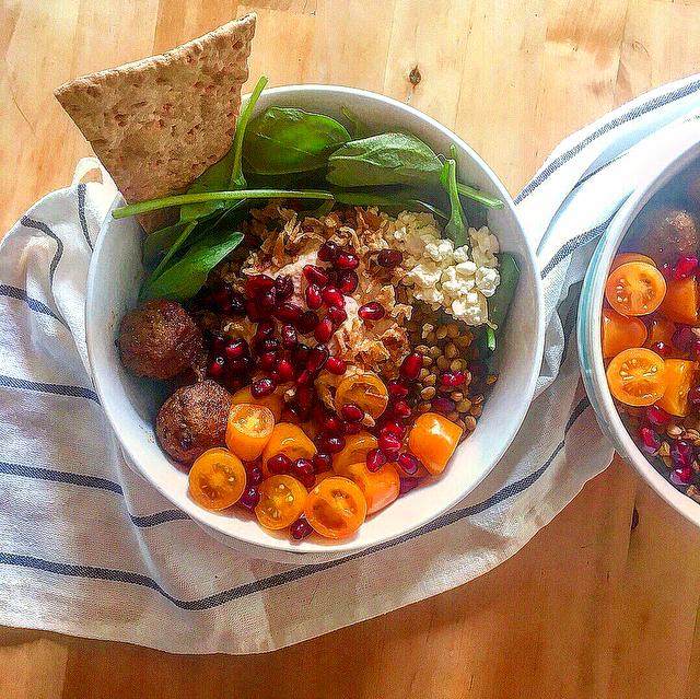 Zweedse balletjes bowl: de bekende balletjes van IKEA in een mooie bowl met babyspinazie, feta, hummus, linzen, tomaatjes en granaatappelpitjes.