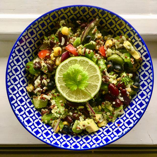 Mexicaanse bonensalade: verrassend salade met verschillende bonen met verschillende texturen. Lekker fris met limoen en koriander!