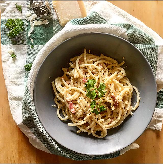 Pasta carbonara: een mooie Italiaanse klassieker, made from scratch! Room, eieren, spek, kaas; niet voor dieetdagen.