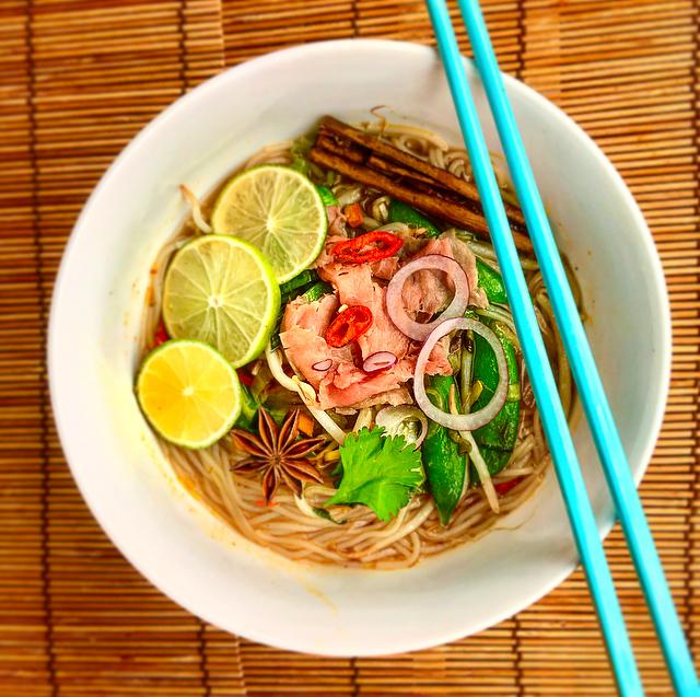 Vietnamese pho: alweer zo'n lekker Aziatisch soepje, vol kruiden en andere smaakmakers. Deze versie met rosbief en snel klaar en superlekker!