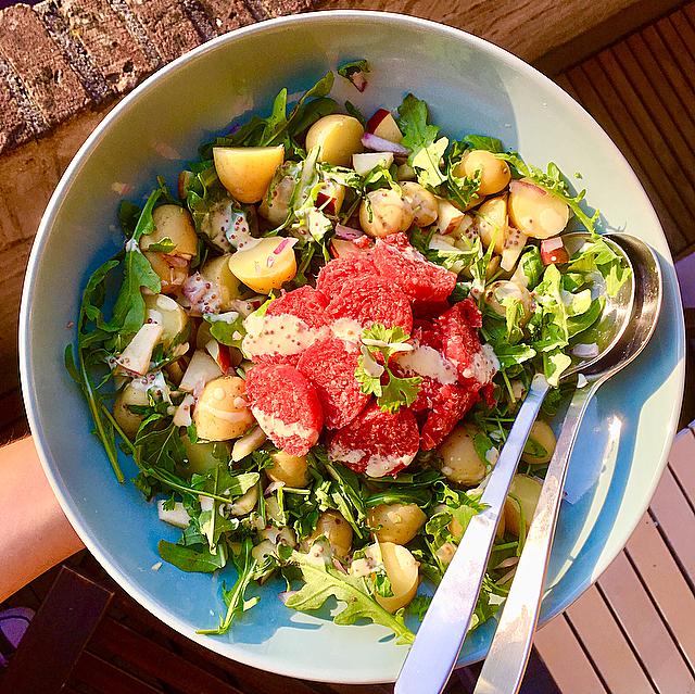 Krieltjessalade met ossenworst: een echte Hollandse salade met de lekkerste vleeswaren van ons kikkerlandje. Heerlijk zomers met rucola en mosterd!