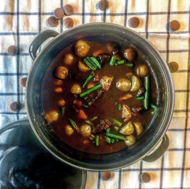 Pepernoten-runderstoof: draadjesvlees met kruidige pepernoten. Does life get any better? Dit is echt het ultieme herfstgerecht!