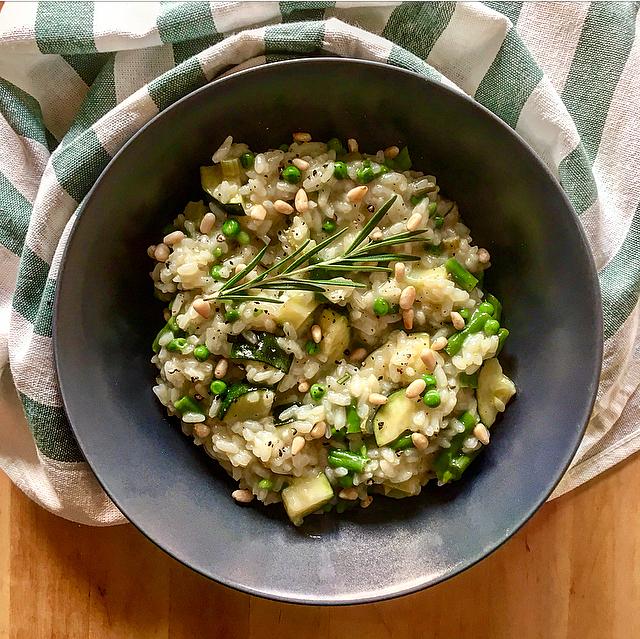 Risotto met groene groenten: risotto zoals hij bedoeld is. Courgette, tuinerwtjes, witte wijn en rozemarijn en je bent in de Italiaanse hemel!