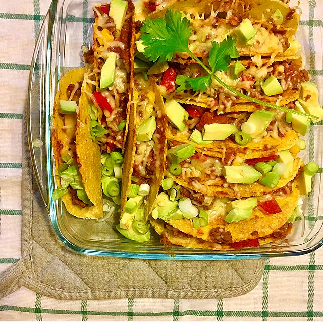 Superspeedy taco's: een Mexicaans maaltje dat zó klaar is! Rulgebakken gehakt met maistaco's en tomaat, afgedekt met kaas en avocado. Yum!