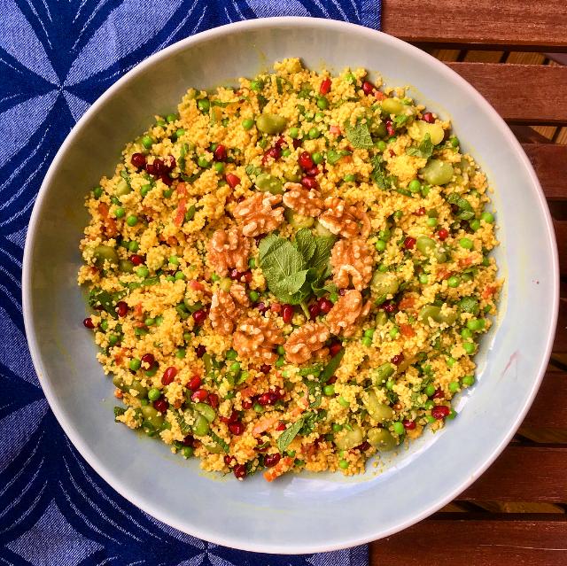 Kerrie-couscoussalade: deze frisse salade is goed gevuld, maar smaakt lekker kruidig door de kerrie en fris door de munt en granaatappelpitjes.